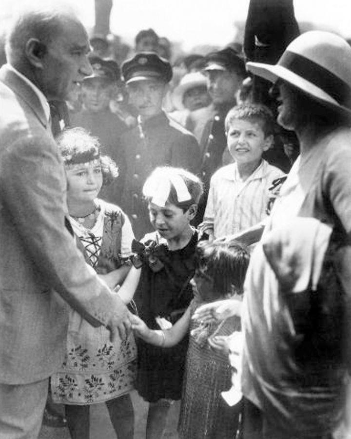 Arşivden Atatürk'ün bilinmeyen fotoğrafları..Türkiye Cumhuriyeti'nin kurucusu büyük önder Mustafa Kemal Atatürk'e ait fotoğraflar 'Ankara Üniversitesi Türk İnkılâp Tarihi Enstitüsü Arşivi'nden çıktı.
