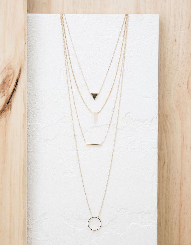 Four-twist triangle necklace. Discover this and many more items in Bershka with new products every week