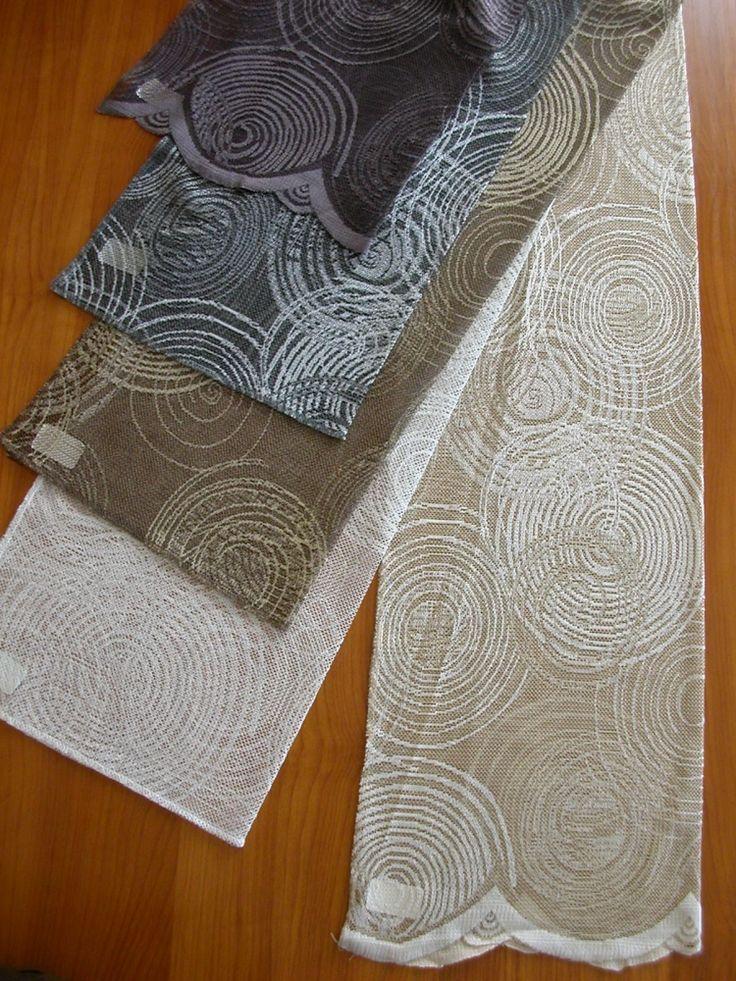 Jacquard szövésű modern kör mintás fényáteresztő függöny, alul bordűrös díszítéssel. Színek: fehér, mogyoró, barna, szürke, lila