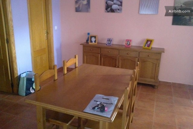 Jaen 1 km - 55 euros al dia  + 32 airnb Casa de 2 hab i 1 bany amb piscina privada