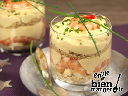 Tiramisu aux Crevettes roses  -   50 gr de Mascarpone Galbani 30 crevettes roses  (décortiquées) 2 Oeufs 1 petite boite de Bisque de homard 1 échalote 1 Pain de mie complet ciboulette sel poivre