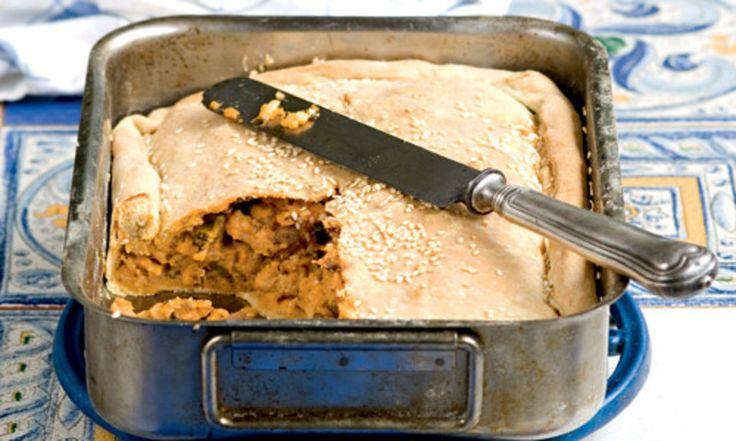 Χαρακτηριστική σπεσιαλιτέ της κεφαλονίτικης κουζίνας, αυτή η χορταστική πίτα, πλούσια σε γεύση και αρώματα μπορεί να σταθεί άνετα ακόμα και στο γιορτινό σας τραπέζι.