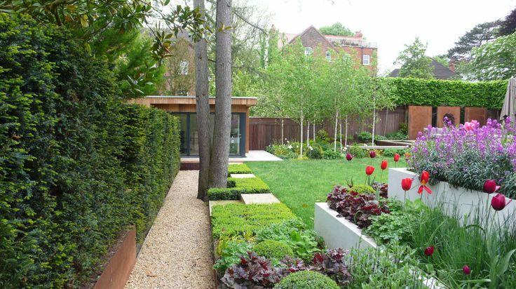 Гейхера: грамотное использование в ландшафтном дизайне и рекомендации по уходу http://happymodern.ru/gejxera-posadka-i-uxod-foto/ Очень красивый задний двор частного дома с многоярусной цветочной клумбой. Обратите внимание, что гейхера также отлично сочитается с цветущими растениями Смотри больше http://happymodern.ru/gejxera-posadka-i-uxod-foto/