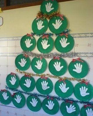 Arte de natal para fazer com os alunos e decorar a escola. Dá para escrever uma mensagem em cada mãozinha. #preschool #christmastree #crafts #artesmanuais #educaçãoinfantil #aartedeensinareaprender Já conhece o nosso canal no YouTube? Muitas ideias boas por lá. Vem conferir!Inscreva-se no canal: https://www.youtube.com/channel/UCGDWqieD8AjlFnU9DdkKVVASite: www.aartedeensinareaprender.com