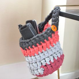 Make this practical hanging basket with my t-shirt yarn tutorial and free pattern.