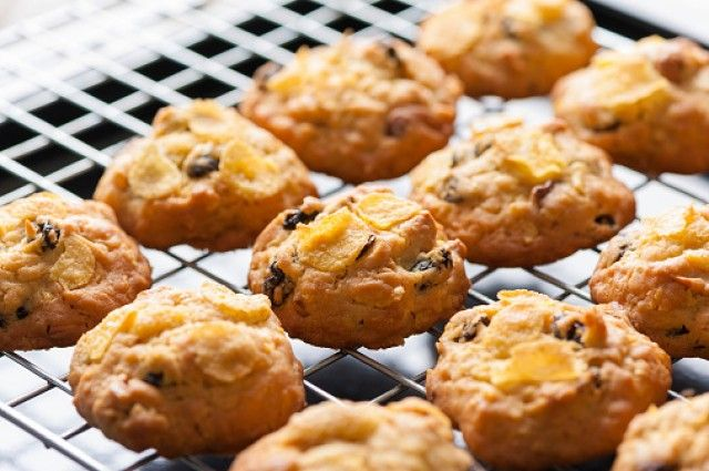 RIcetta biscotti corn flakes- una ricetta semplice per biscotti leggeri e fragranti con gli avanzi dei cereali sbriciolati nella scatola. Ideali a colazione.