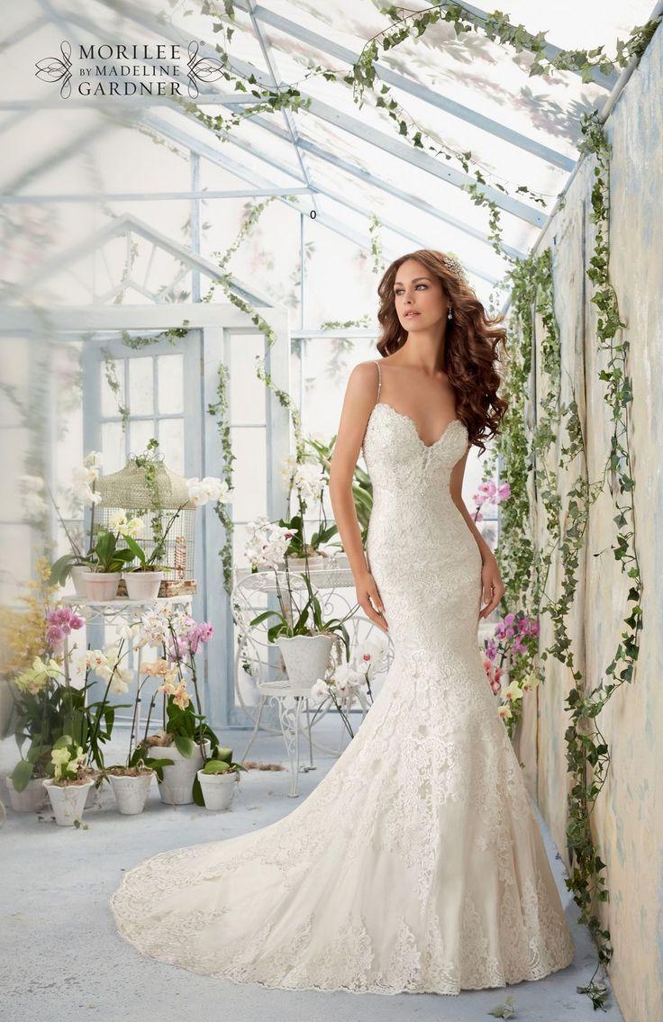 Dopasowana koronkowa suknia ślubna Mori Lee, pięknie wykończona haftami i subtelne ramiączka obszyte kamieniami. Idealna dla Pań o figurze gruszki …