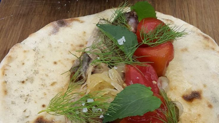 "Hjemmelavet ""shawarma"": Lammekølle, kartoffel fladbrød, bagt hvidløg & tomatchutney   GO'"