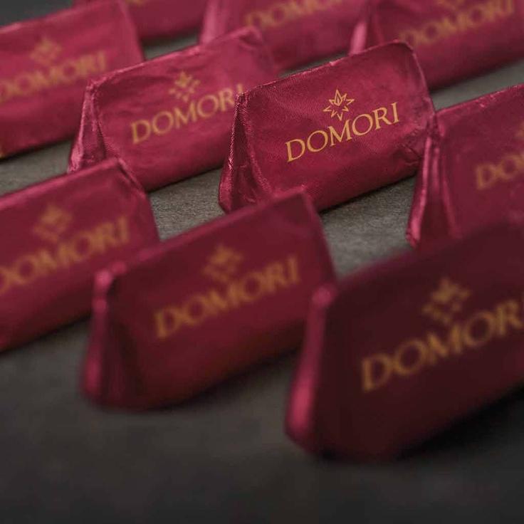 El Giandujotto  es el símbolo universal del arte de la chocolatería. A la receta tradicional hecha con pasta de avellanas del Piamonte Domori añade el cacao Arriba de origen Ecuador para conseguir un sabor envolvente.