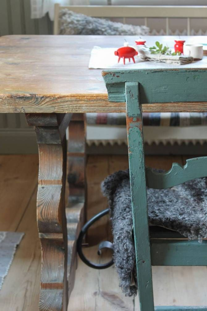 Julpyntat lantkök. Foto: Erika Åberg #gamla #hus #byggnadsvård #restaurering #skurgolv #pärlspont #kök #matbord #kökssoffa #stolar