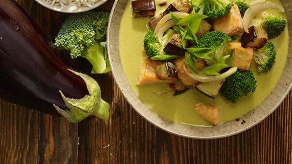 De beste snelle maaltijden zijn gezond en overheerlijk. Maak deze groene curry met sappige zalm en kruid naar wens om de authentieke Aziatische keuken in huis te halen.