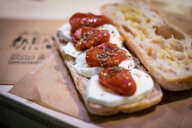 """""""La Margherita ne panino"""", Giorgio Caruso, Lievità: Una ciabatta con mozzarella di bufala, pomodoro corbarino, orgigano selvatico, olio evo e fior di sale"""