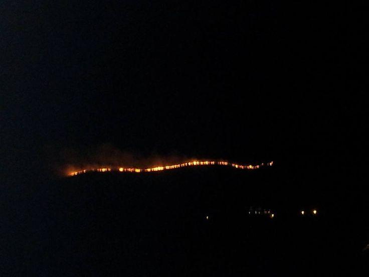 Brucia nella notte la montagna di San Prisco, fiamme visibili a chilometri di distanza a cura di Redazione - http://www.vivicasagiove.it/notizie/brucia-nella-notte-la-montagna-di-san-prisco-fiamme-visibili-a-chilometri-di-distanza/