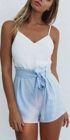 Taillierte Shorts in Himmelblau – zusammen mit wei…
