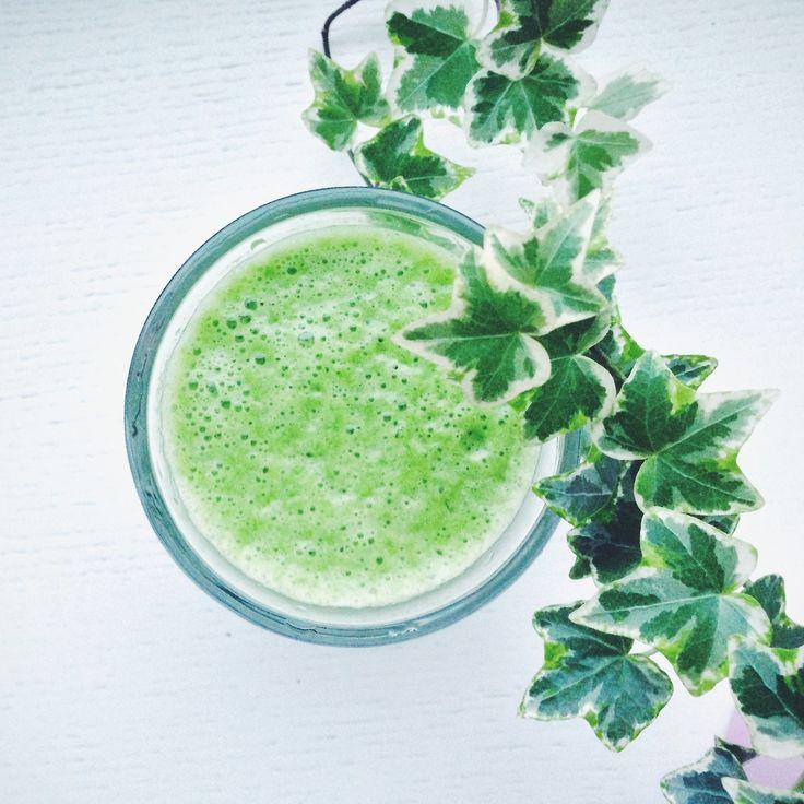 Зеленый смузи! Освежающий и вкусный: 2 палочки сельдерея стакан листьев шпината стакан воды сок лайма 1 банан Хорошо смешать в блендере и бо...
