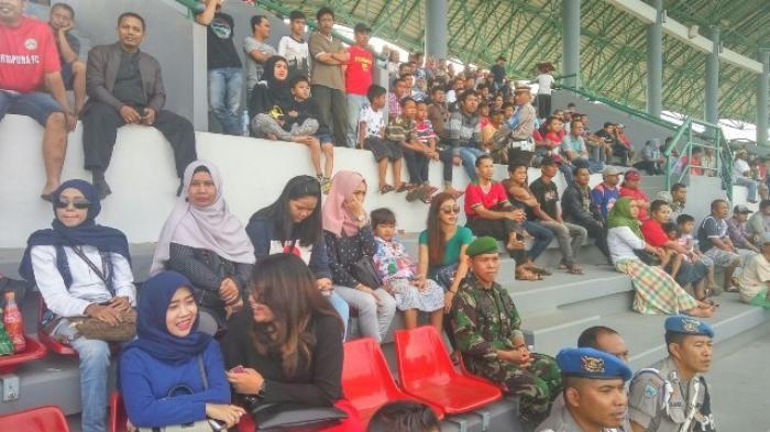Dari Perempuan Cantik sampai John Tralala Hadir Dukung Martapura FC - pendukung-mfc_20160604_164935.jpg