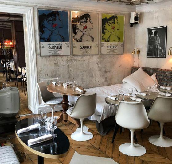 LE DERRIERE. ce resto est décoré et ameublé comme une jolie maison dans laquelle on voudrait passer des heures. La cuisine est sans chichi mais élaborée avec des produits super quali. Table de ping-pong en plein milieu du restaurant, commodes, disques, salle à manger, salon avec gros canap'… il y a même un lit à l'étage avec sa propre salle de bain pour les plus coquins. 69, rue des Gravilliers – 3e