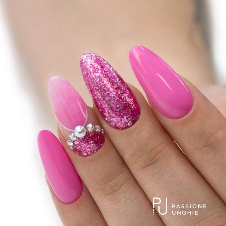 Unghie brillanti e scintillanti con i #geluv C96 #Gioia, A114 #GlitterChromeFucsia, F01 #PureWhite. Cristalli #Swarovski #AuroreBoreale SS3, SS7, SS12. Struttura realizzata con il costruttore #CreamyBuilder. Sigillato con #RockGloss. #rosa #fucsia #crystal #diamanti #gel #gelnails #nail #nails #unghie #luxurynails #beautifulnails #nailart #nailsaddict #fashionvictim #beauty #uñasdecoradas #uñas #passioneunghieofficial Per vedere la realizzazione di questa nailart visita la nostra pagina…