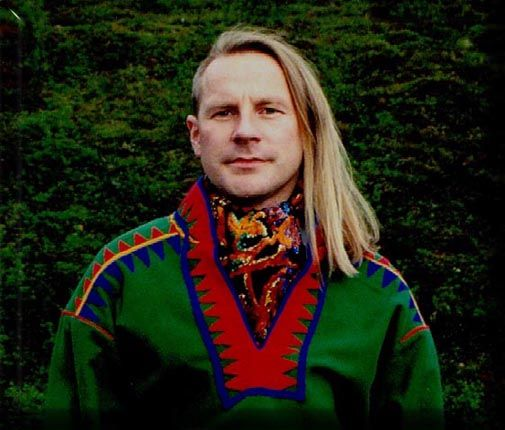 Ánde Somby wearing a green traditional gakti from Buolbmát (Polmak). It is from 1840 - before the famous preacher Lestadius got his breakthrough and made the Sami designs very spartanic.