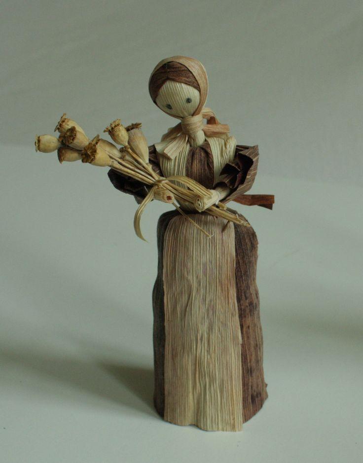 """""""Sběračka máku"""" - panenka z kukuřičného šustí Interiérová dekorace v přírodních barvách - panenka z kukuřičného šustí. Panenka je doplněna přírodními mini makovičkami. Jde o ruční práci, každá panenka má trochu jiný pohyb. Liší se v detailech i v barvách šatiček. Tyto panenky se dají použít i do betlému jako darovnice. Výška stojící figurky je 15- 16 cm."""