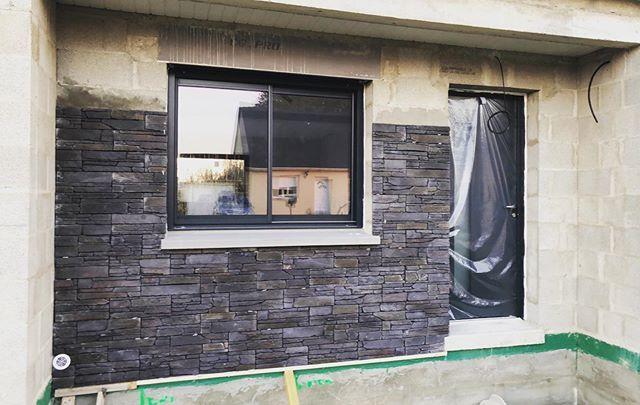 Un Parement En Pierre Orsol Pour Habiller L Entree D Une Maison Aux Volumes Modernes Parement En Plaque Rocky Mountai Maison Construction Maison Brique Noire