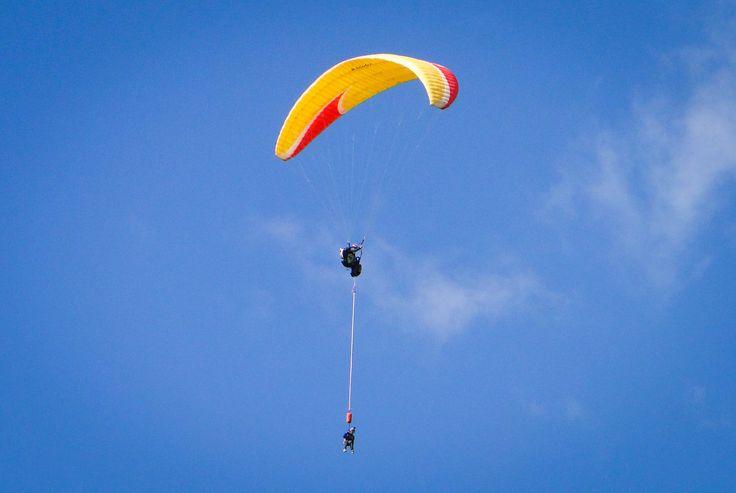 Salto bungee desde un parapente