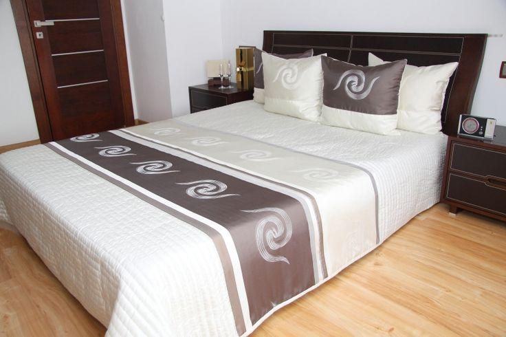 Modna narzuta pikowana ecru na łóżko z ciemnokakaowym pasem
