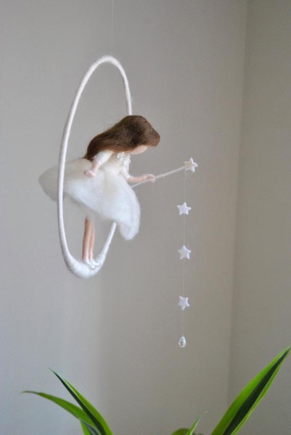 Mobile Kindergarten Wollpuppe / Waldorf inspirierte Wandbehang: weiße Fee mit Sternen und Kristalltropfen