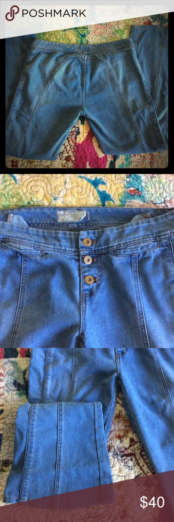 "Free People Willow Seam Flare A VERY sad reposh 😭 they are just way too short on me (and snug!) definitely do not fit like a normal fp jean in length. They are 29, but snug with no stretch, would maybe fit a 28 better? Inner waist button is loose (pictured) and sold that way, an easy fix I was going to do (and can, upon request at purchase) def check measurements first!!Laying flat: inseam: 28"" waist: 17"" hips: 19"" Free People Jeans Flare & Wide Leg"