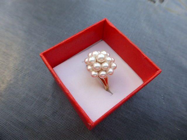 Geelgouden ring in 18 karaat goud bezet met 17 stuks Akoya zoutwater parels; Ringmaat van 110 (164 mm)  De geelgouden ring in 18 karaat goud is bezet met 17 stuks Akoya zoutwater cultuur parels met een heel fijne glans. Ze zijn gekweekt rond het Ise schiereiland zuid/west van Tokyo.De parels in deze ring variëren in grootte tussen 35 en 37mm terwijl de bovenste kroonparel 42 mm is. De afgebeelde ring heeft een Ringmaat van 110 (164 mm) en is eenvoudig door een edelsmid op maat te…