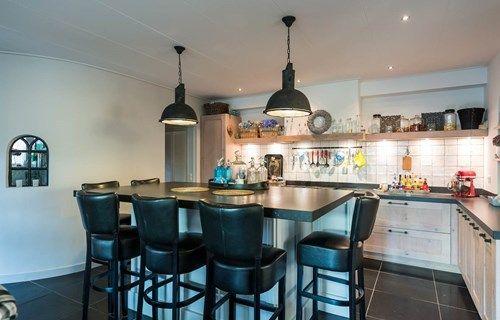 Landelijke keuken met kookeiland. Lees de ervaring van Familie Verkerke op onze website en bekijk meer foto's. #landelijk #kookeiland #hoekkeuken #houten
