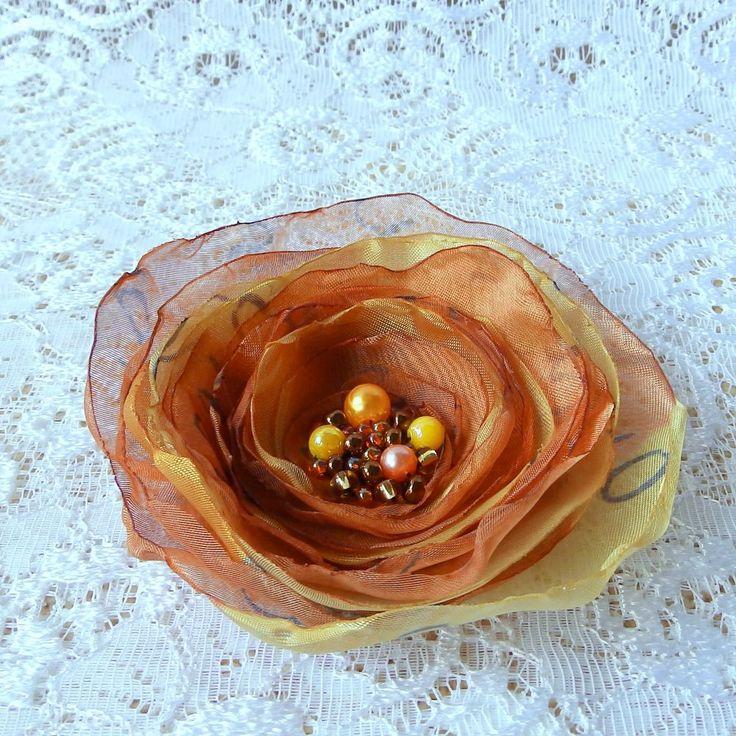 Adrienne Brož nebo spona do vlasů, zdobená korálky. Průměr je 9 cm. Květ je přidělaný na univerzálním brožovém můstku, takže jej můžete použít jako sponu do vlasů, nebo jako brož. Jako bonus ke každé květině dostanete zdarma skládanou origami krabičku.