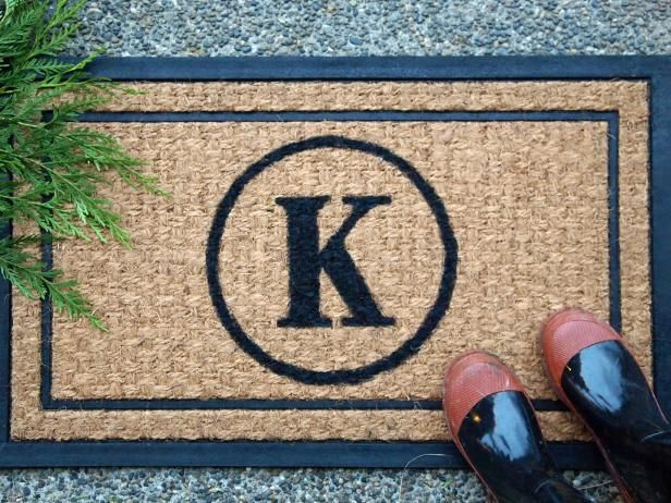The experts at HGTV.com present a simple how-to for making an sophisticated monogrammed doormat, perfect for a personalized gift.