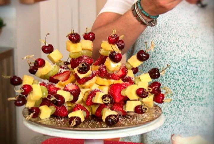 Brochetas de fruta con miel de palma