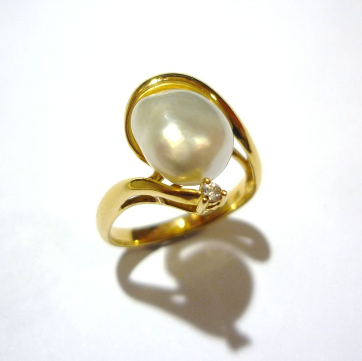 18ct Broome Keshi pearl ring with diamond accent. A great gift for Valentine's day! #keshi #pearl #gold #ring