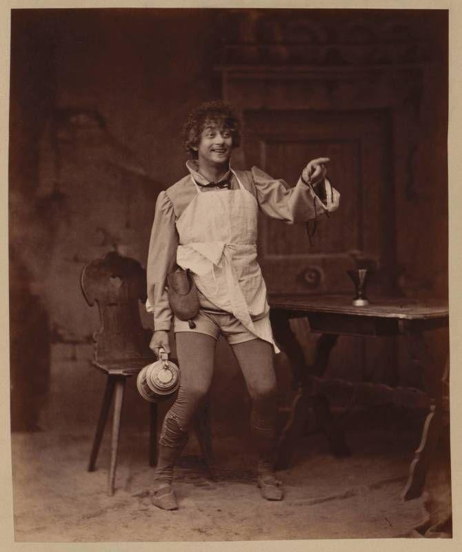 """Fotografie von Ludwig Rüden in seiner Rolle als Kellner Franz in Shakespeares """"König Heinrich IV."""" am k. k. Hofburgtheater, Wien (vom Bearbeiter vergebener Titel); Anonym, Fotograf, Wien, 1891"""