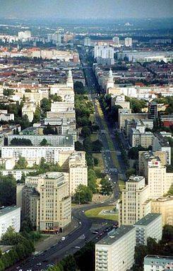 """Karl-Marx-Allee + frankfurter allee (für ein Zeit Stallin alle) Der längere, Friedrichshainer Abschnitt ist durch Wohnblöcke und Türme in einem Stilmix aus Sozialistischem Klassizismus (auch """"Zuckerbäckerstil"""") und preußischer Schinkelschule geprägt, der in den 1950er Jahren errichtet wurde. Den Abschnitt in Mitte dominieren Plattenbauten aus den 1960er Jahren. Die Turmbauten am Frankfurter Tor und am Strausberger Platz sind die städtebaulichen Höhepunkte der Anlage."""