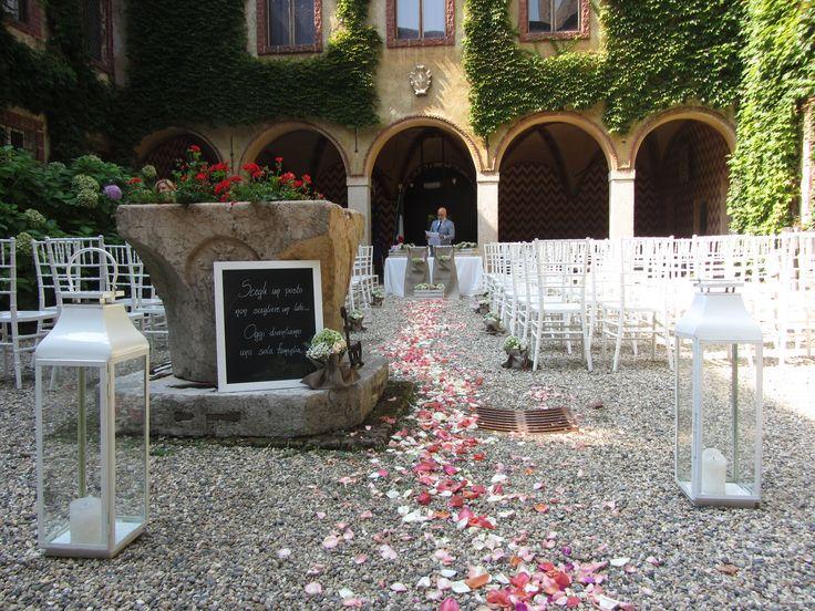 Allestimento romantico in un castello lomellino. Blackboard, lanterns and petals in an Italian Castle. #blackboard #weddingreception #matrimoni #lanterns #castle #ceremony