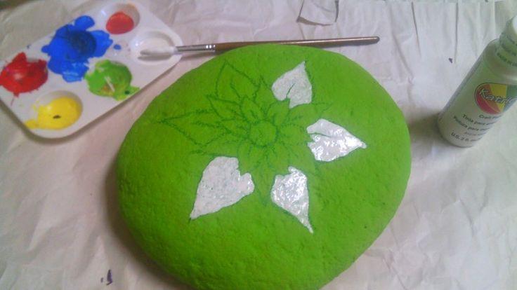 Con pintura acrílica blanca comienzas a rellenar