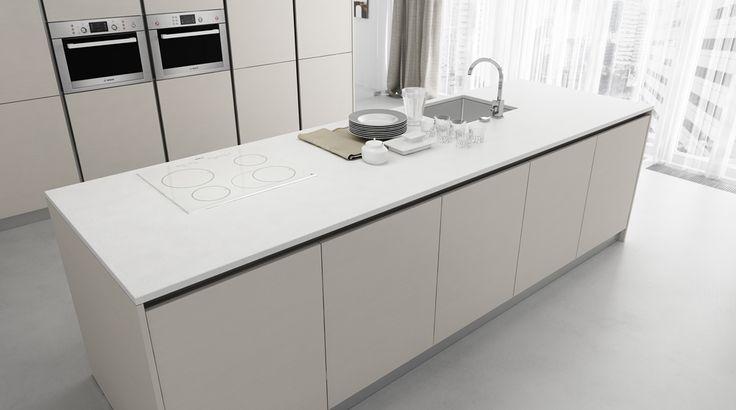 moderna kuchyna HANAK na mieru, minimalisticka dizajnova kuchyna do velkeho priestoru v bezovom matnom laku s bielou pracovnou doskou a bielou indukcnou doskou