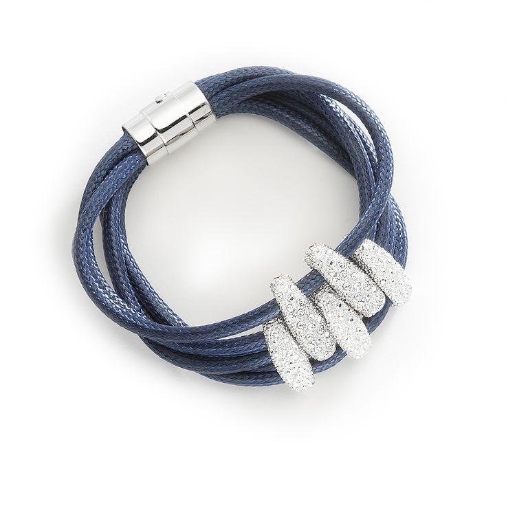 Pulsera de 20 cm con 5 hilos de cuero rídigo de tono azul índigo con aplicaciones de metal texturizado en rodio con pequeñas piedras de cristal.