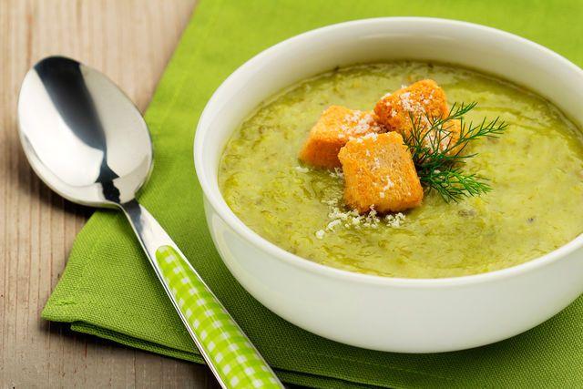 Перед подачей украсьте суп свежей зеленью с измельченным чесноком и сухариками