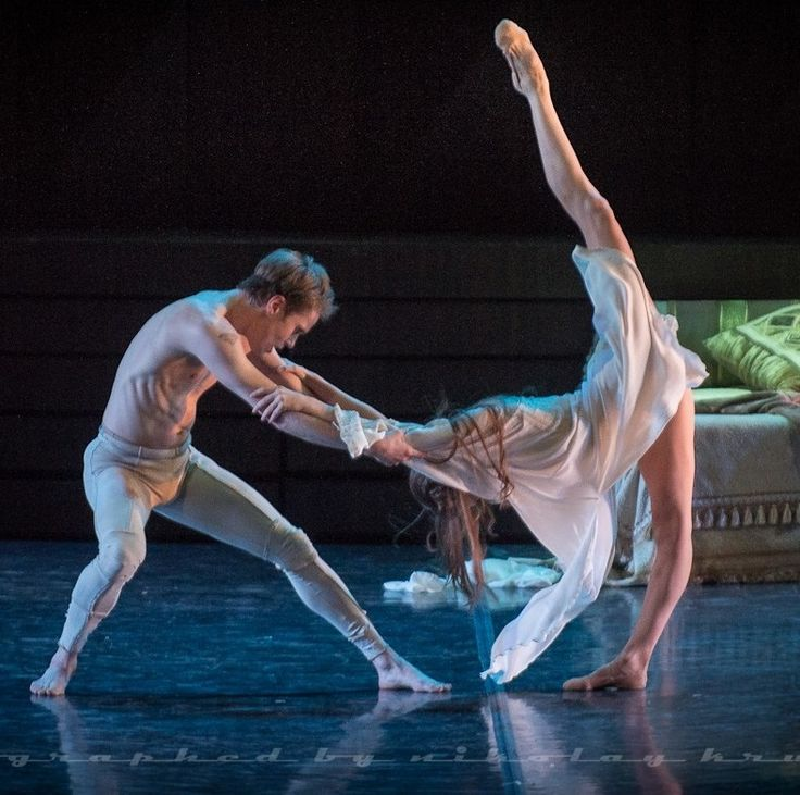 Oksana Bondareva and Leonid Sarafanov in Nacho Duato's Romeo & Juliet. Photo by Nikolay Krusser