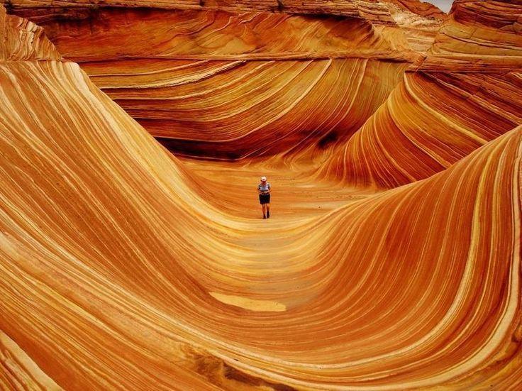 13 アリゾナ州、ユタ州の国境にある砂岩のウェーブ。