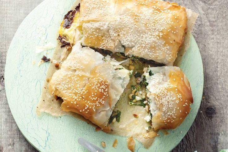 Knapperig filodeeg en een zachte vulling van spinazie, kaas en kikkererwten - Recept - Allerhande