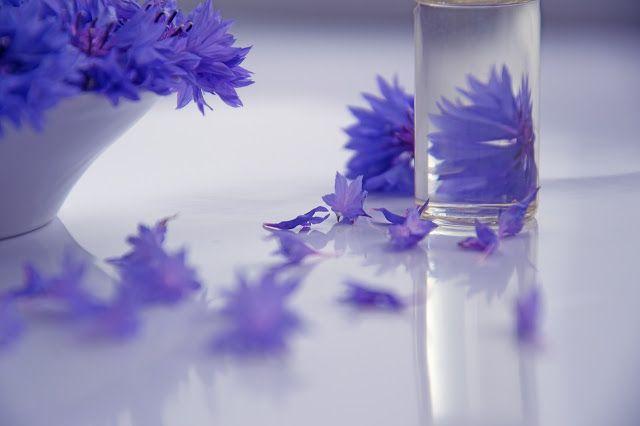 Kosmetyki naturalne powinny być wolne od:   syntetycznych środków konserwujących syntetycznych substancji zapachowych sztucznych barwników substancji pochodzących z ropy naftowej roślin manipulowanych genetycznie