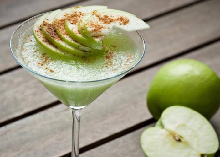 Vai receber convidados especiais em casa?Esta bebida vai surpreendê-los! #Martini_de_maçã #receitas #bebidas #fruta #maçã #canela #convidados #vodka #álcool #limão #jantar