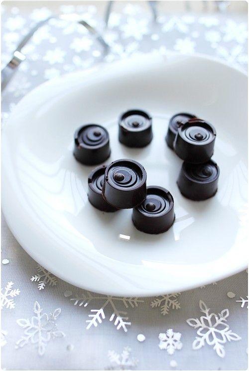 Ces chocolats sont garnis d'une ganache chocolat noir et d'une noisette entière torréfiée. Je les ai offerts comme cadeaux gourmands pour les fêtes. Durant