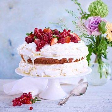 Sommartårta med flädermarinerade jordgubbar, hallon och vinbär - Recept - Tasteline.com
