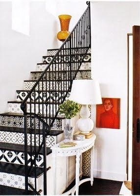 Black & White Stenciled Stairs - Amazing!! #DIY Escaleras estarcidas en blanco y negro...